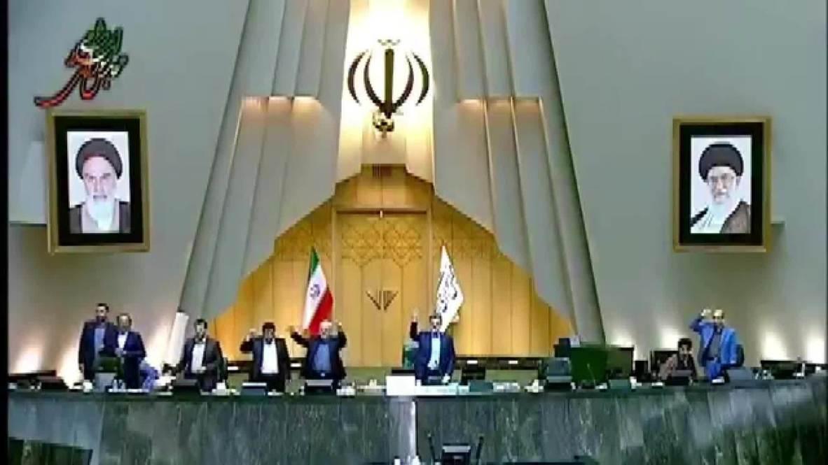 """إيران: النواب يهتفون بشعار """"الموت لأمريكا"""" في البرلمان تضامنا مع الاحتجاجات الأمريكية ضد العنصرية"""