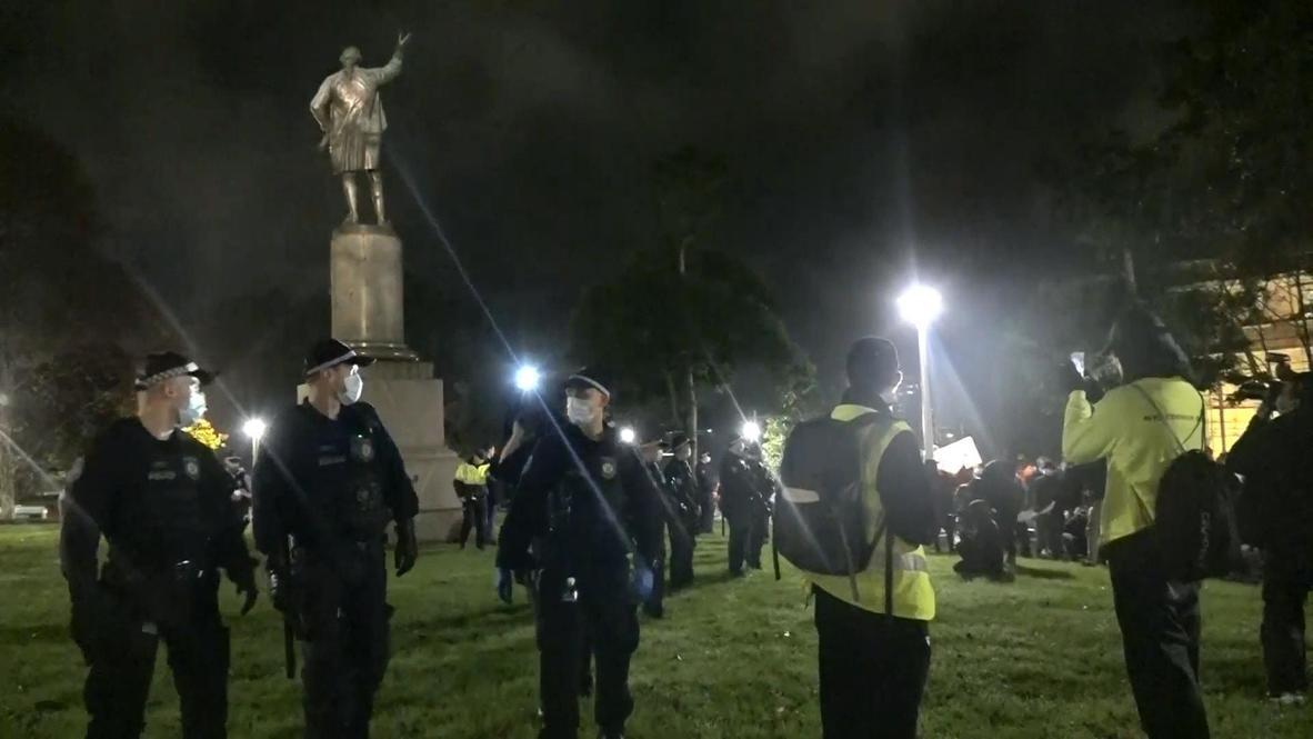 Australia: Policía protege una estatua del Capitán Cook durante una protesta relacionada con Black Lives Matter