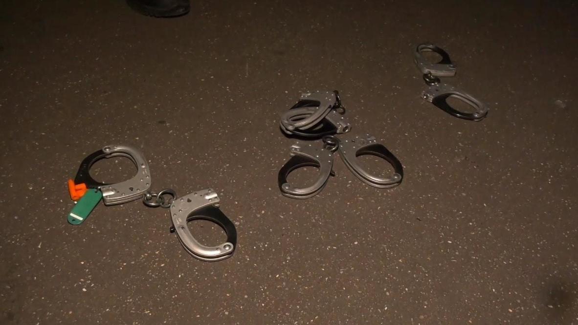 Francia: Policía tira sus esposas al suelo en una protesta en el Arco del Triunfo