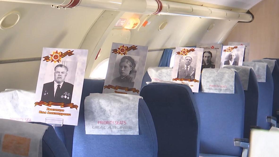 Россия: В небе над Екатеринбургом пролетели самолеты с фотографиями фронтовиков