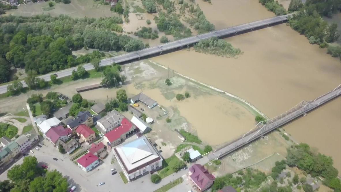 Украина: На западе страны продолжают ликвидировать последствия паводка