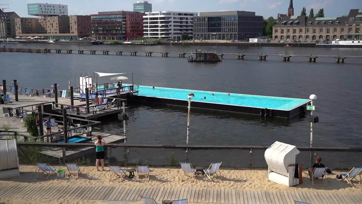 Германия: Жители Берлина устраивают массовые заплывы в открытом бассейне на реке Шпрее из-за жары