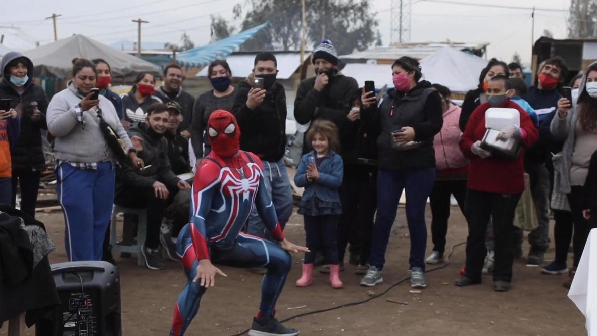 'Spiderman Sensual' baila y reparte comida entre los residentes más vulnerables de Santiago de Chile