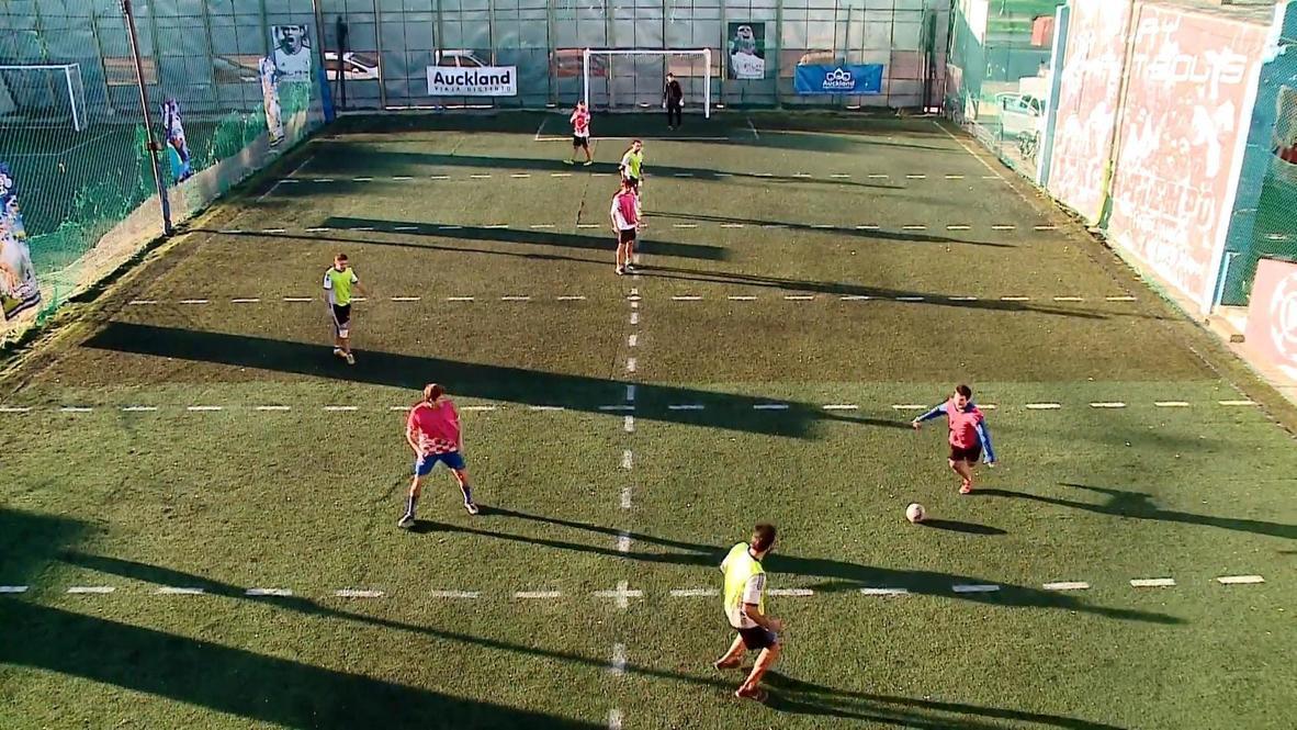 """لاعبو كرة القدم يستمتعون بـ""""فيشة بشرية"""" للالتزام بإجراءات التباعد الاجتماعي في بوينس آيرس"""
