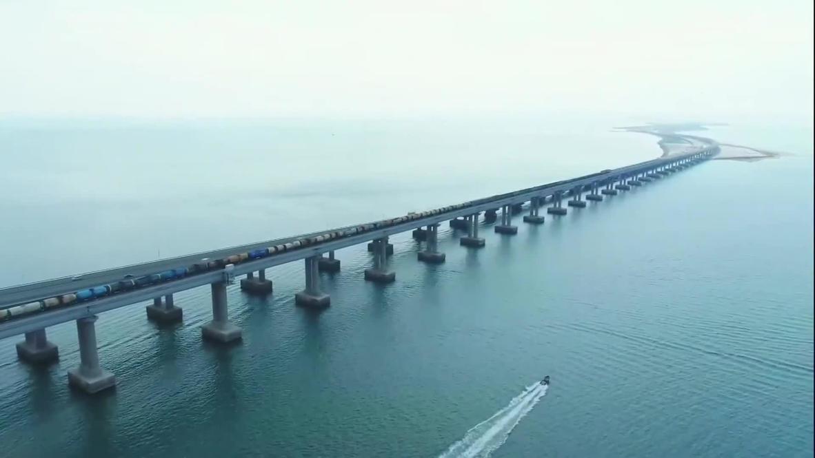 Россия: На Крымском мосту открылось движение грузовых поездов