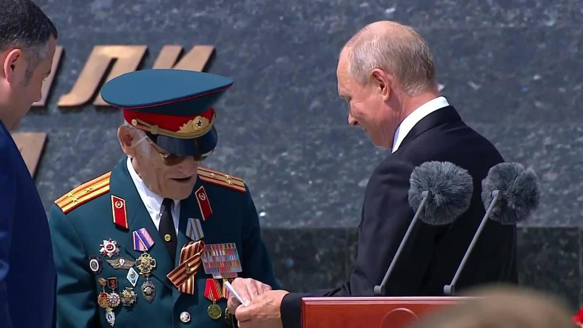 Россия: Путин передал записку ветерану на церемонии открытия Ржевского мемориала Советскому солдату