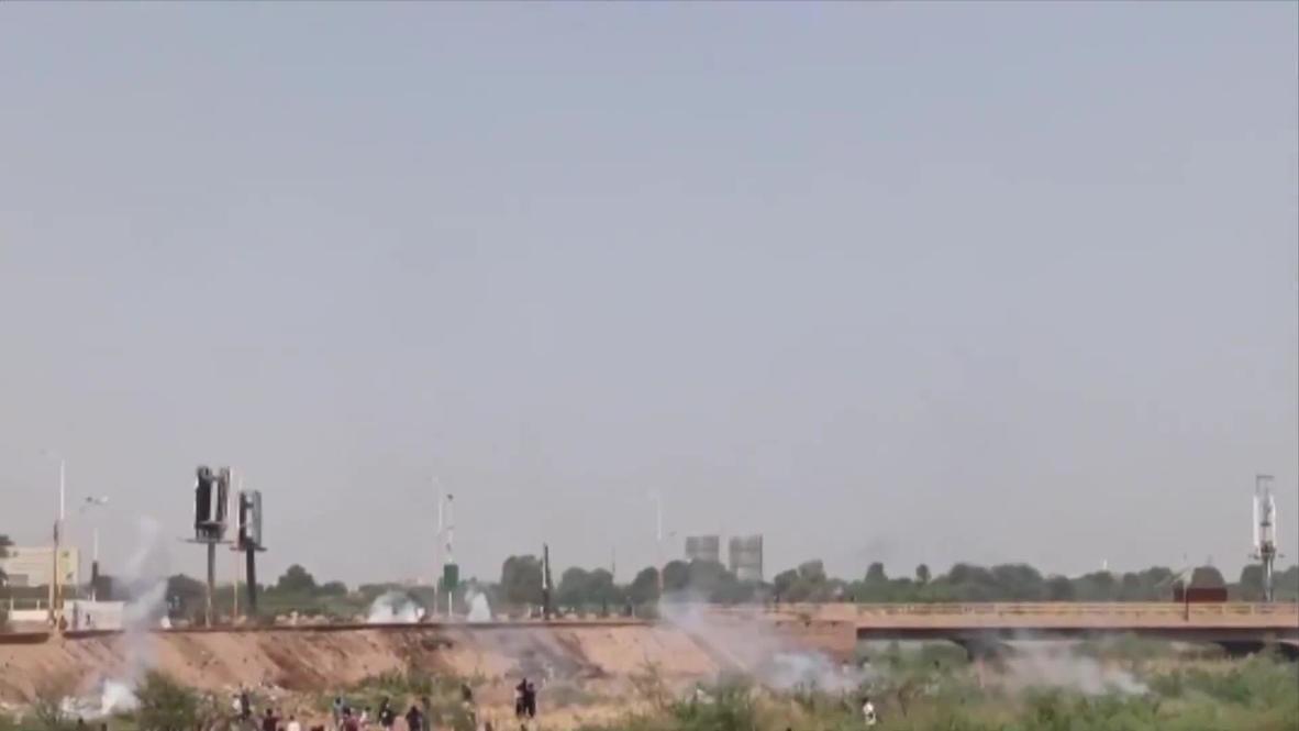 Sudan: Tear gas billows as protesters flood Omdurman