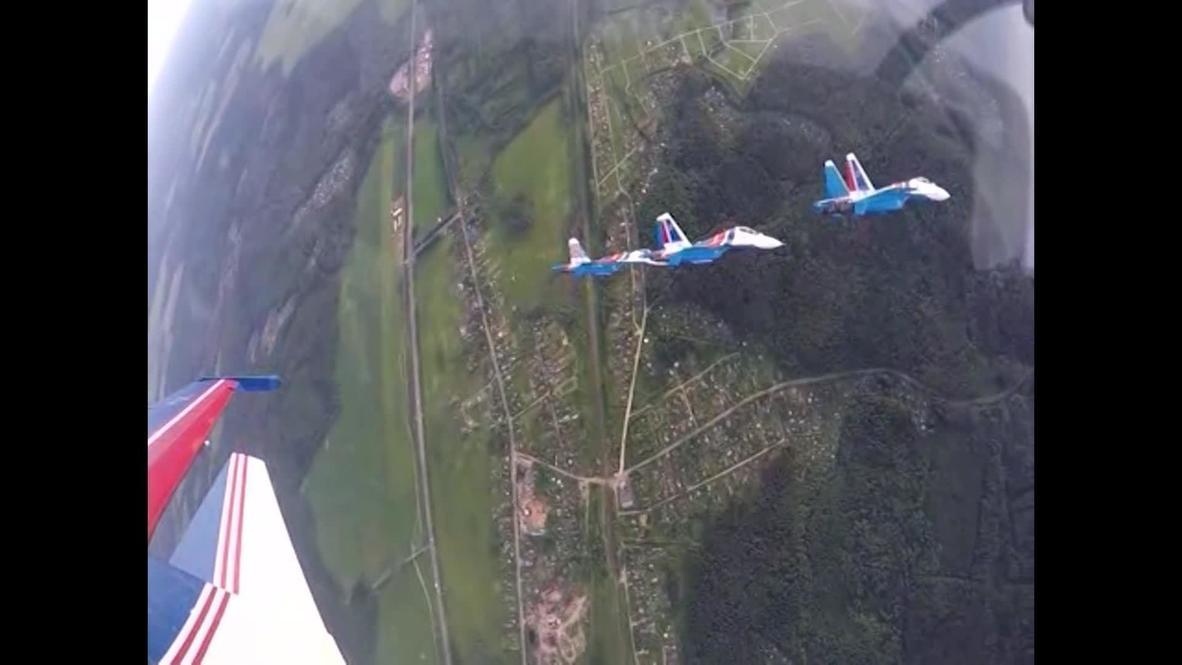 """Россия: """"Русские Витязи"""" провели полеты на трех типах самолетов в едином строю"""