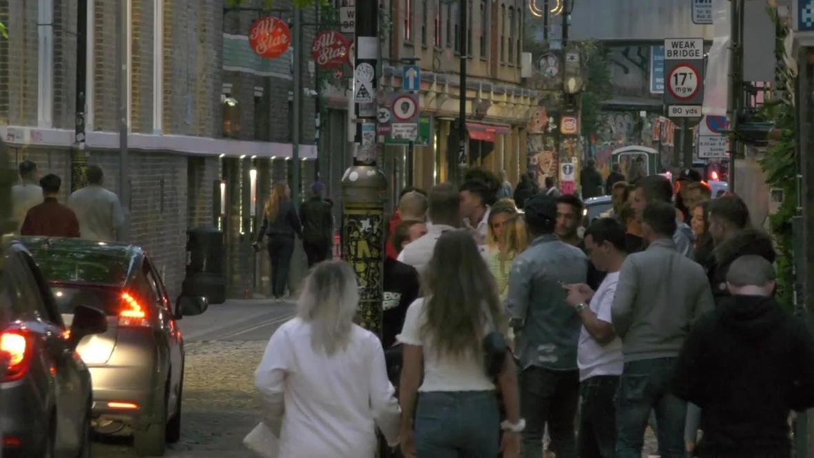 المملكة المتحدة: شوارع لندن تعج بالناس مع إعادة فتح الحانات والمطاعم