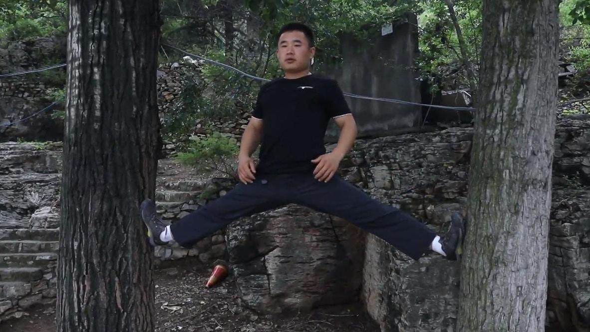 Apicultor chino muestra sus habilidades de escalada de 'Spiderman'