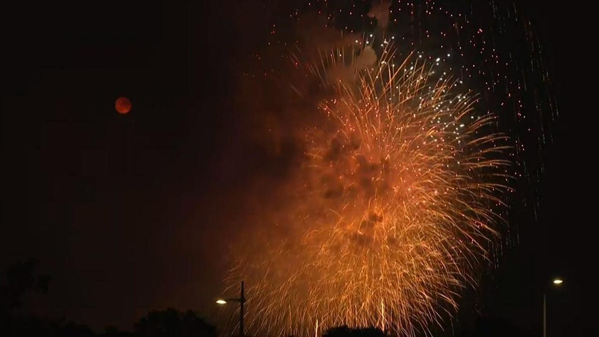 """الولايات المتحدة الأمريكية: ألعاب نارية ملونة تضيء سماء الليل مع توهج """"قمر الغزال"""" فوق العاصمة واشنطن"""
