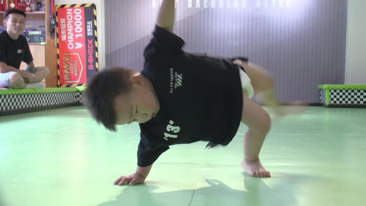 طفل صيني يغزو وسائل التواصل الاجتماعي برقصة البريك دانس