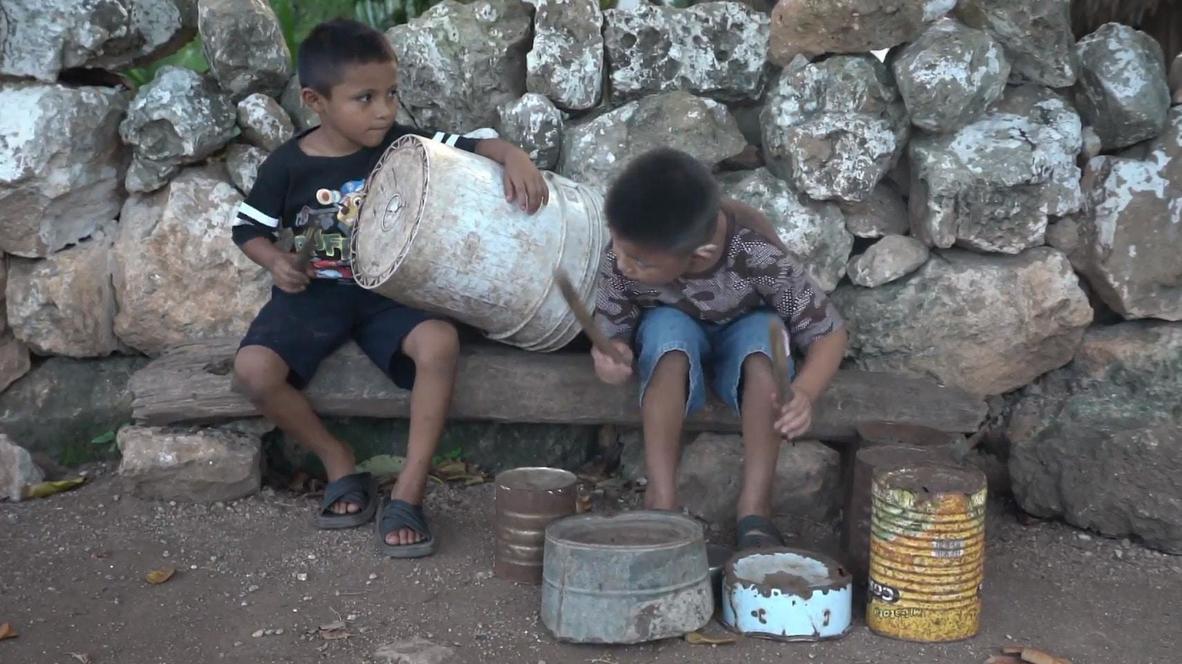 México: Dos niños sordomudos de Xtobil se hacen virales por su habilidad tocando percusión con latas y cubos