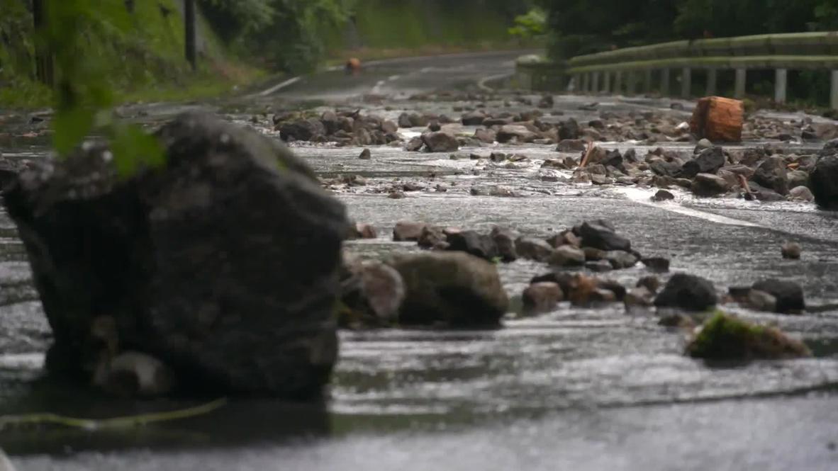 Japón: Carreteras bloqueadas por deslizamientos de tierra causados por fuertes lluvias