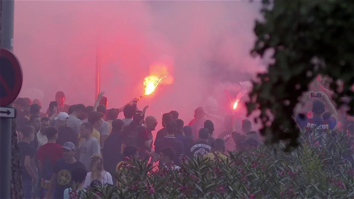España: Ultras del FC Barcelona calientan el derbi catalán en el exterior del Camp Nou