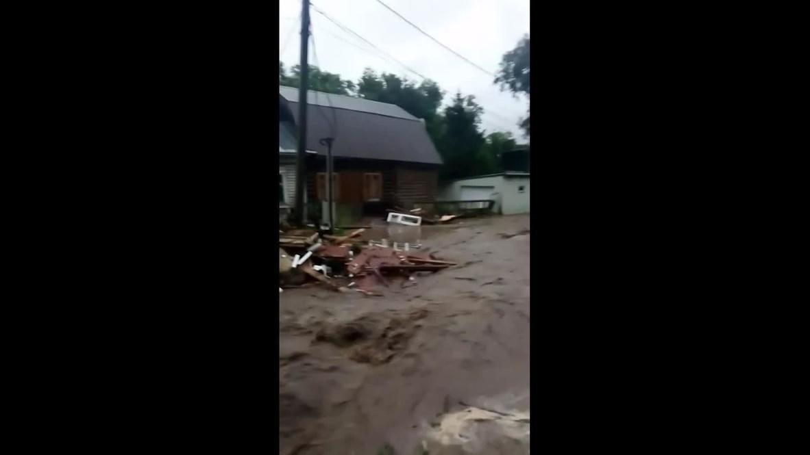 Россия: Несколько домов смыло из-за прорыва дамбы в подмосковной Рузе