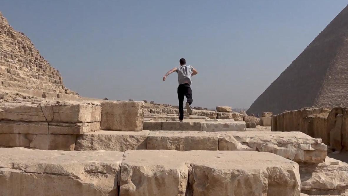 شاب مصري يمارس الباركور بين أهرام الجيزة وبجانب نهر النيل