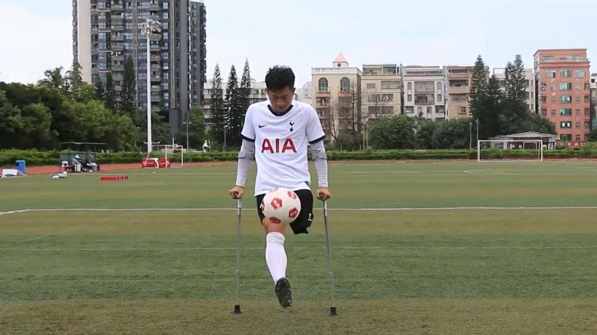 بساق واحدة وعكازين...لاعب كرة قدم صيني يبهر الجميع بمهارته العالية