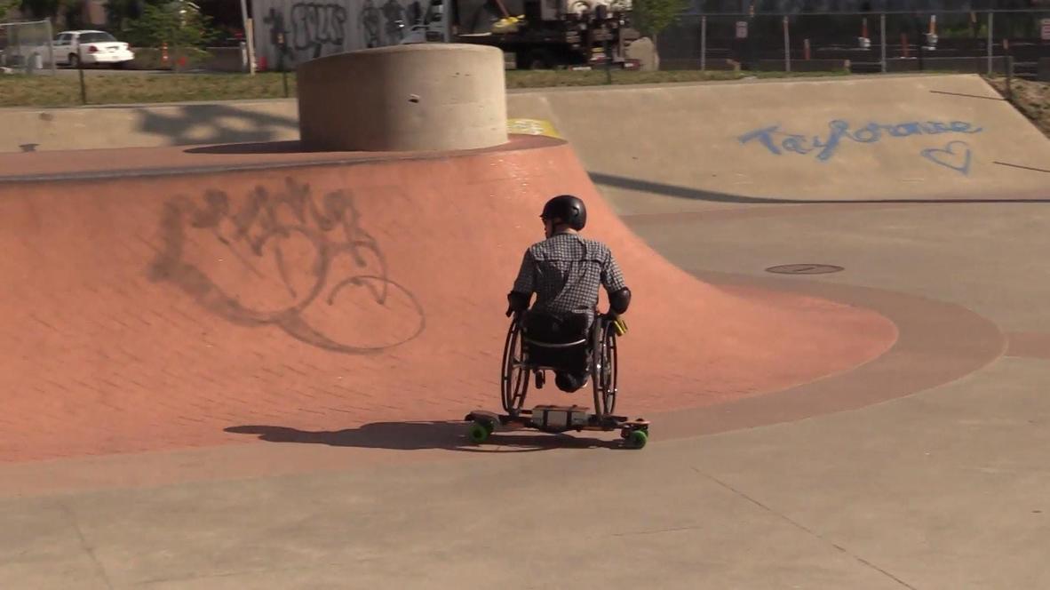 Inventor de vehículos eléctricos muestra sus habilidades en el skate park con una SILLA DE RUEDAS