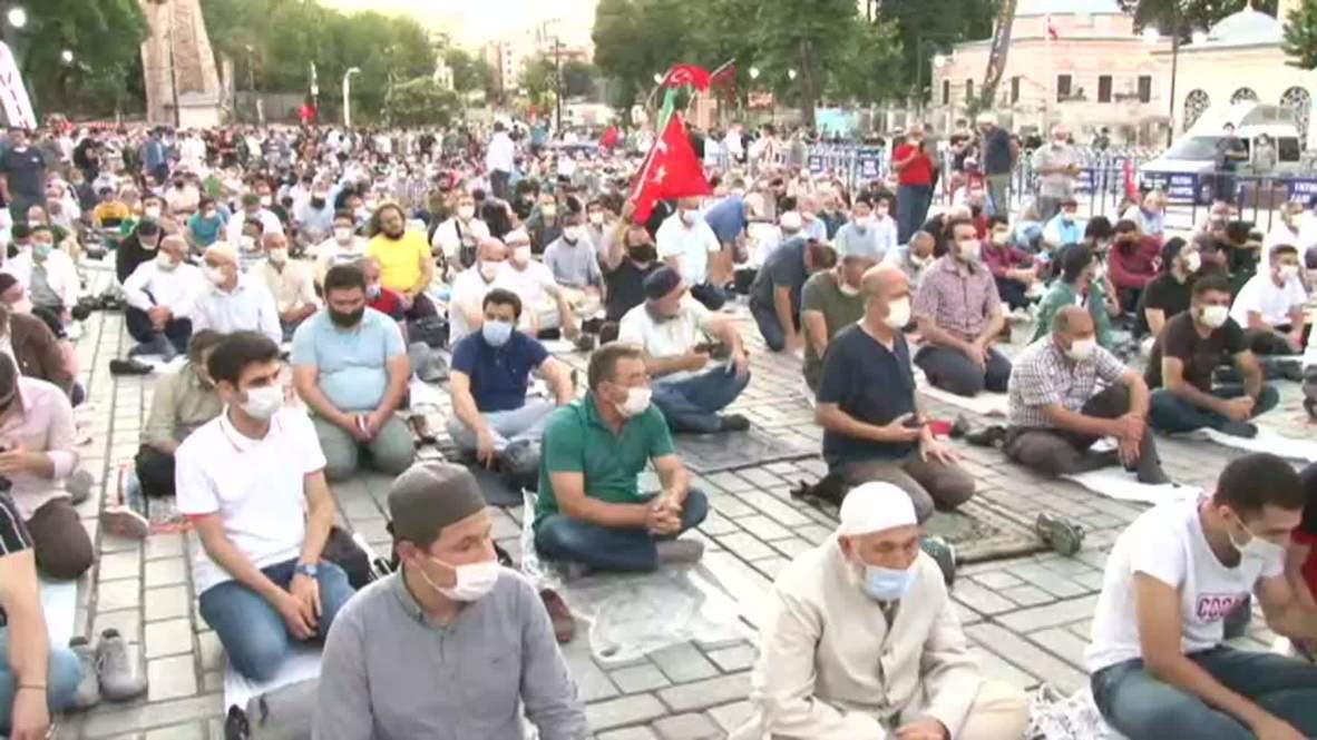 Turquía: Fieles rezan fuera de la basílica de Santa Sofía tras fallo que la reconvierte en mezquita
