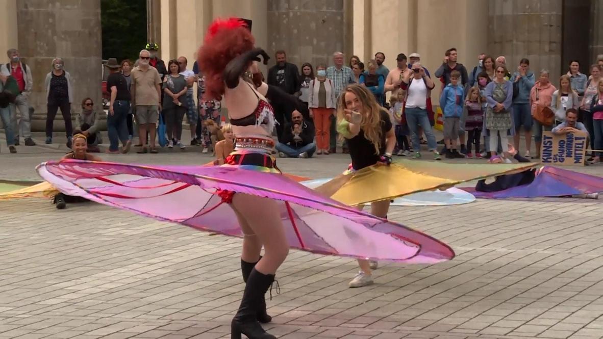 ¿Bailar pegados? ¡No! Bailarines realizan actuación en Berlín manteniendo la distancia física
