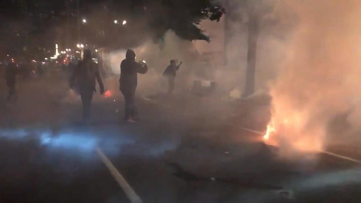 """EE.UU.: Protesta """"Black Lives Matter"""" se torna violenta en Portland mientras la policía dispara gas lacrimógeno"""