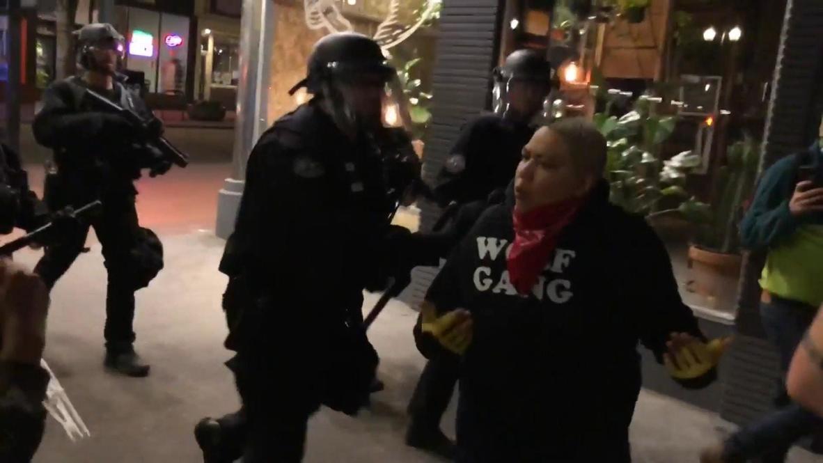 """EE.UU.: Manifestante insulta a la policía durante manifestación de """"Black Lives Matters"""" en Portland"""