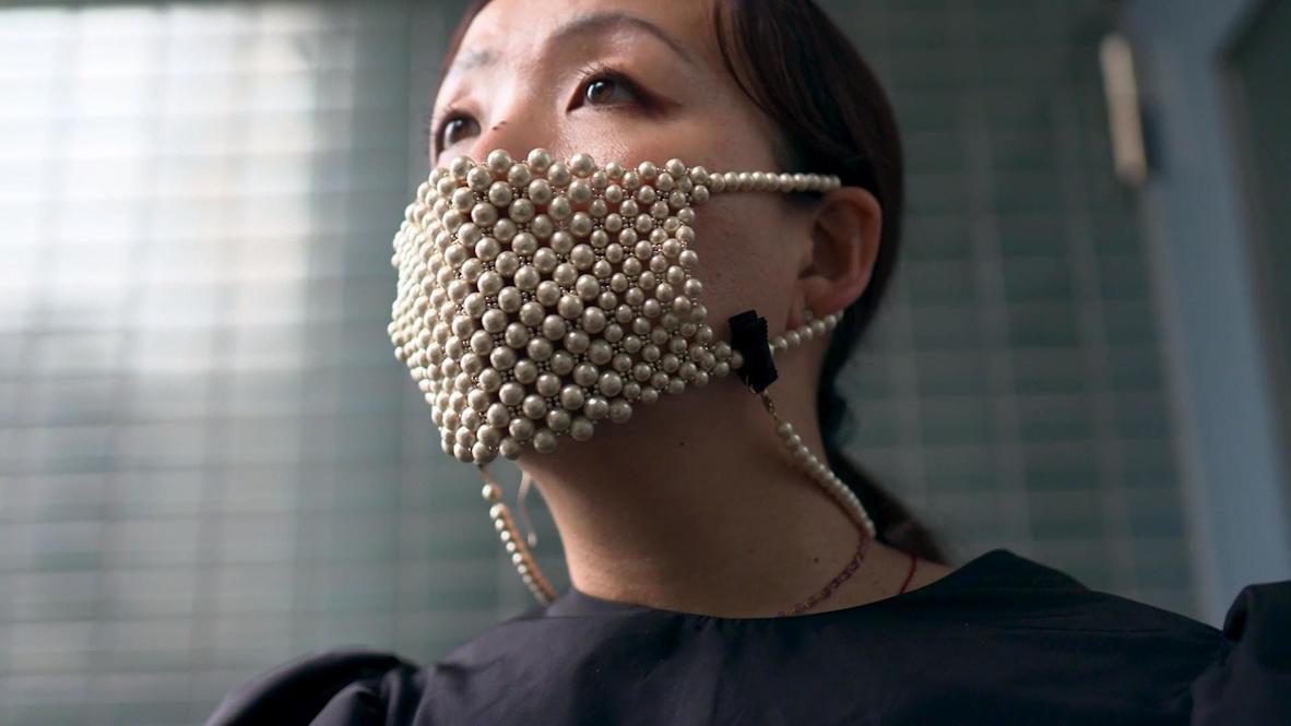 Un diseñador de Tokio crea una mascarilla con perlas para hacer frente al covid-19