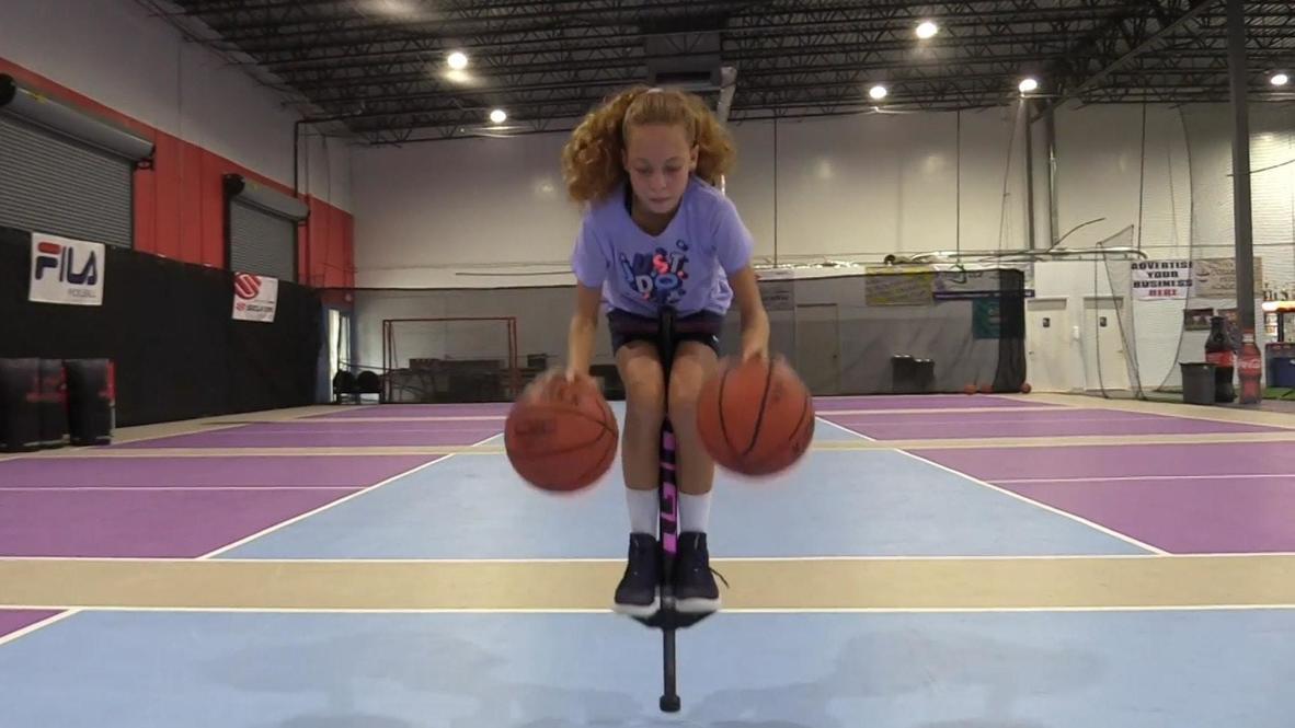 ¡Que se prepare la WNBA! Incluso encima de un saltador, esta niña de 12 años clava los trucos de baloncesto