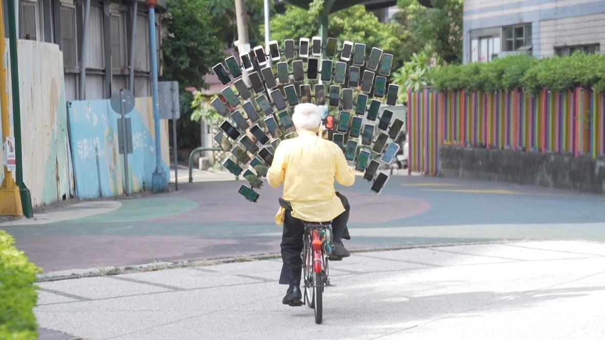 Anciano taiwanés juega a Pokémon-Go con decenas de teléfonos conectados en su bicicleta