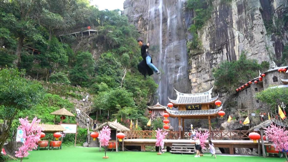 China: Parque de atracciones hace realidad el sueño de sus visitantes y los hace volar
