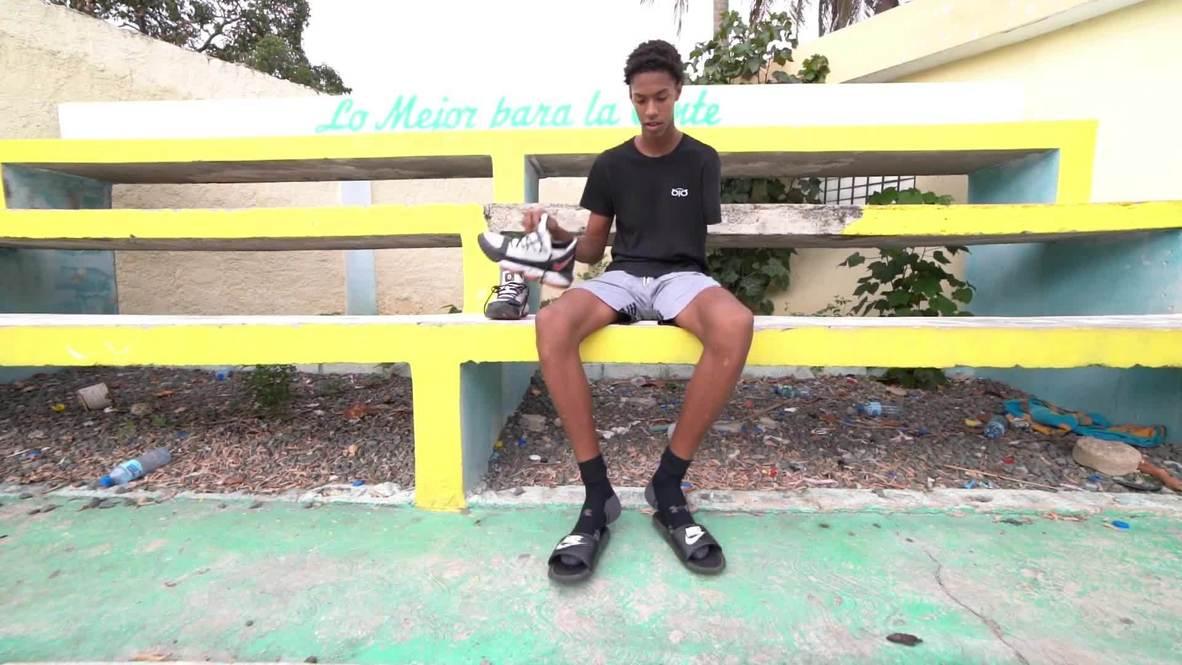 لاعب كرة سلة بيد واحدة من الدومينيكان يستعرض مواهبه الفريدة في الملعب