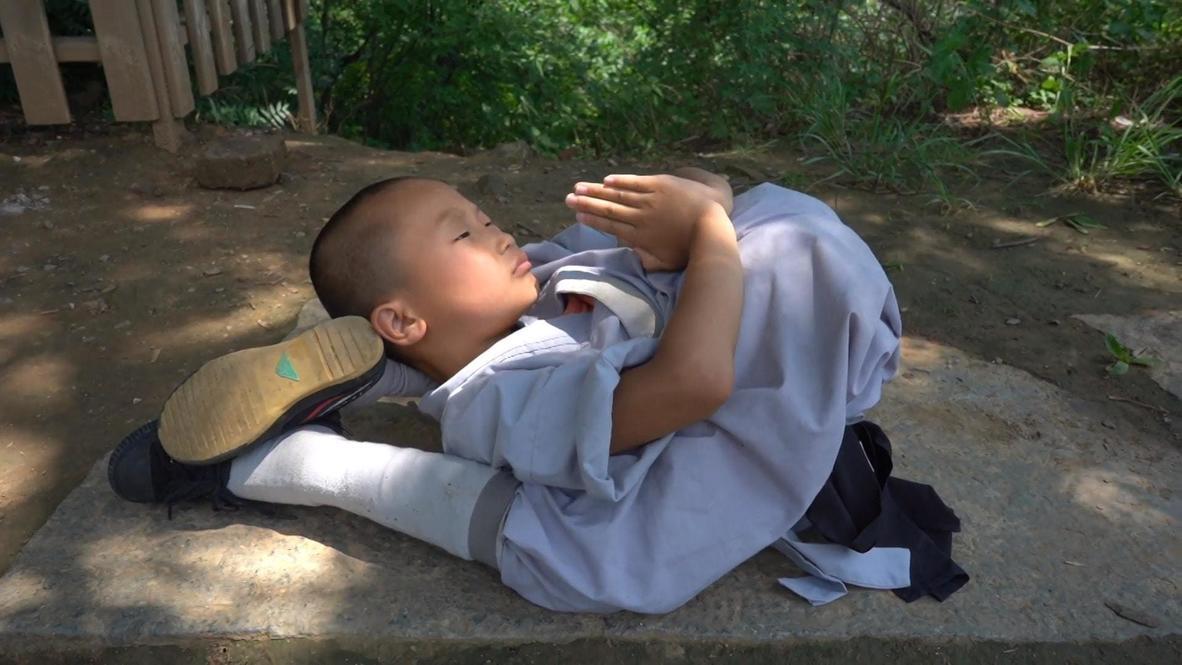 بعمر التاسعة فقط...راهب يستعرض مرونة جسده المذهلة في معبد للشاولين بولاية هينان الصينية