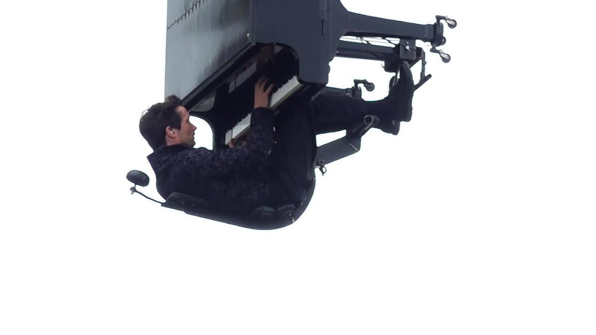 Pianista suizo actúa suspendido en el aire a 40 metros sobre el suelo en Nantes