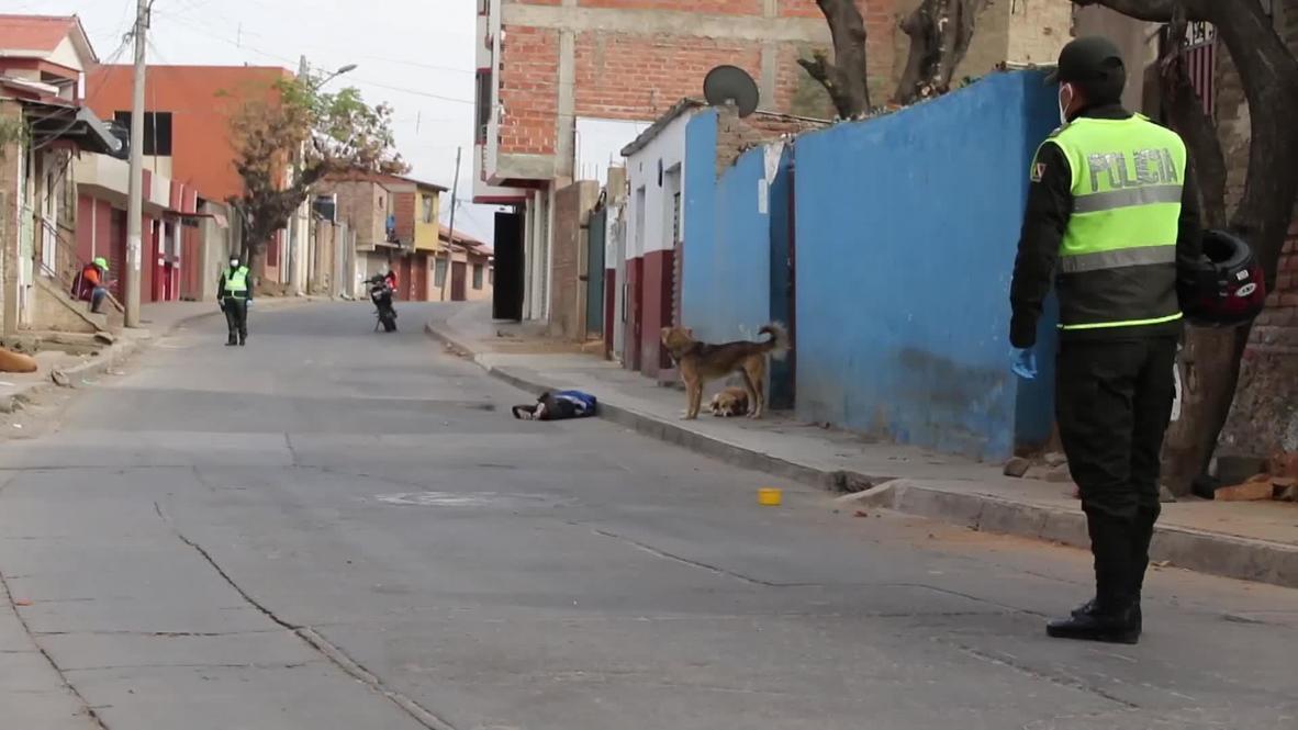 بوليفيا: طاقم طبي يزيل جثة رجل مع أعراض كوفيد-19 من الشارع *غرافيك *
