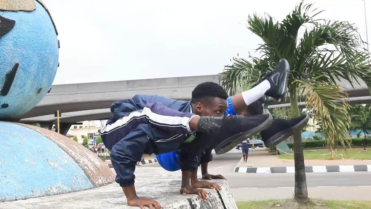 شاهد.. بهلوانيان من نيجيريا يستعرضان مرونة جسديهما المبهرة
