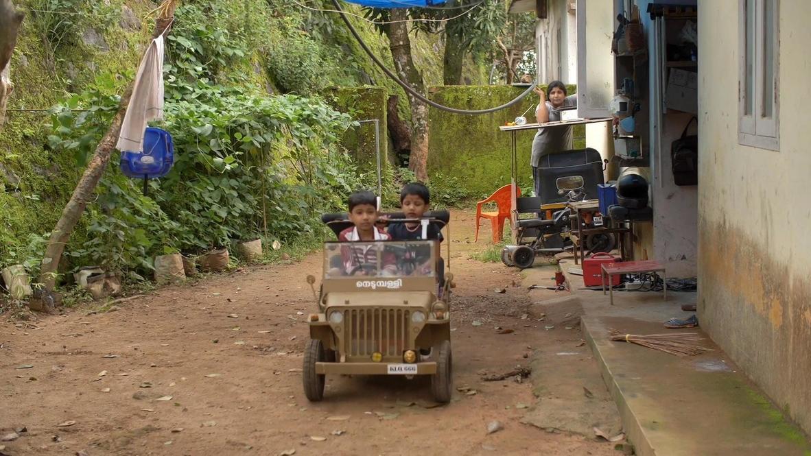ممرض هندي يصنع سيارة جيب ويليز مصغرة لطفل في العاشرة