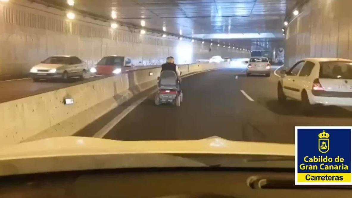España: Anciano circulando con su silla de ruedas causa gran atasco en túnel de Las Palmas de Gran Canaria