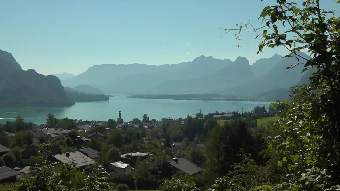 النمسا: السياح يستمتعون بجمال بحيرة وولفغانغ على الرغم من حالات كوفيد الجديدة