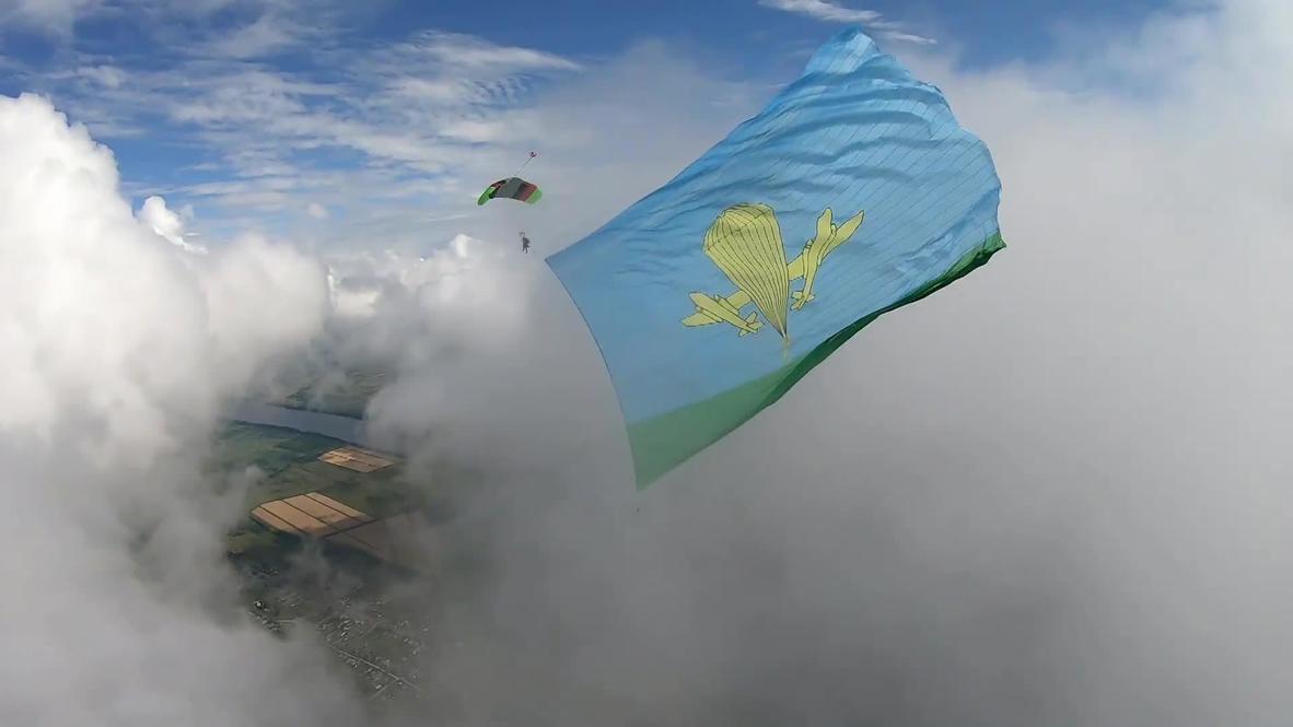 Россия: Парашютисты установили национальный рекорд в прыжке с флагом площадью больше тысячи квадратных метров