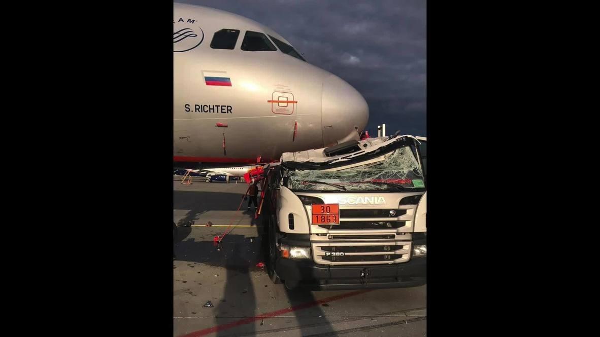 روسيا: شاحنة وقود تصطدم بطائرة في مطار شيريميتيفو