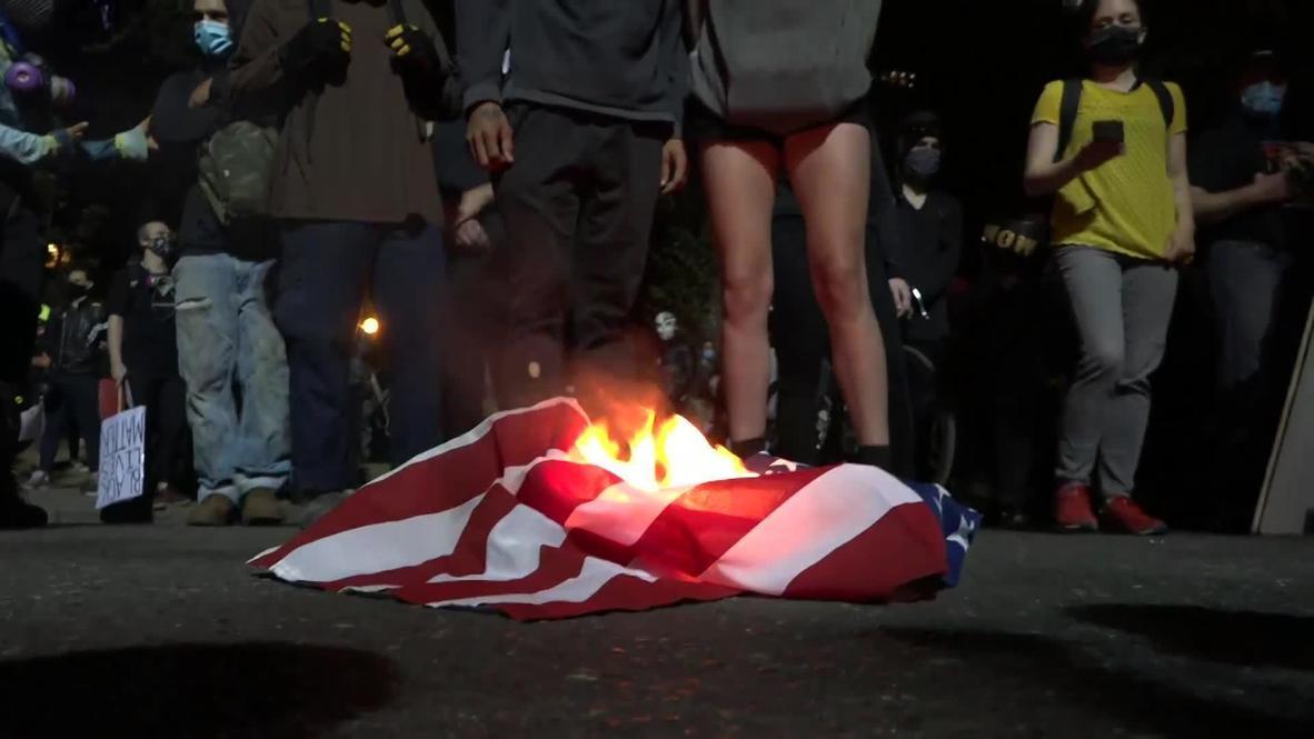 EE.UU.: Manifestantes de Portland prenden fuego a biblia y bandera estadounidense