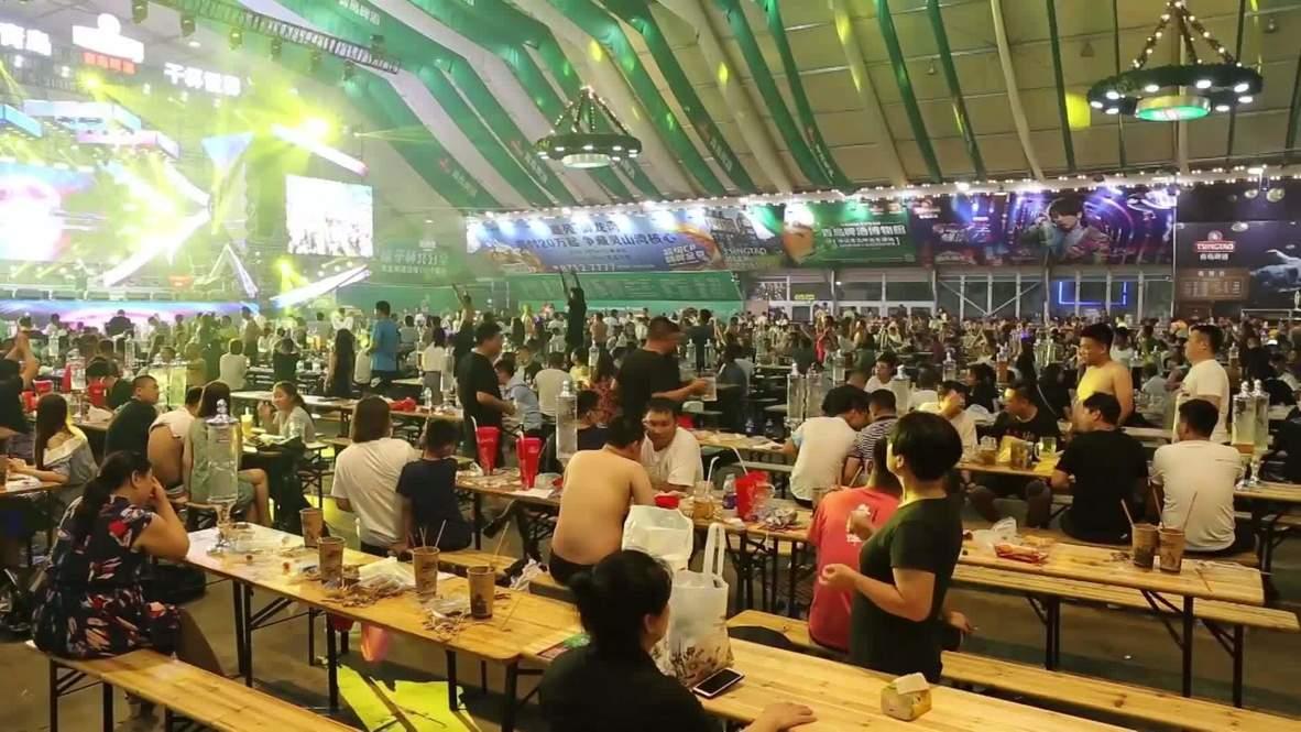 """Китай: Тысячи любителей пива собрались в Циндао на """"Азиатском Октоберфесте"""""""