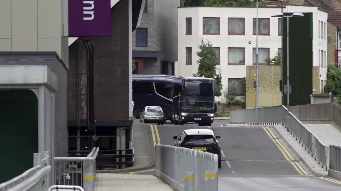 المملكة المتحدة: وصول حافلات فريقي آرسنال وتشيلسي لنهائي كأس الاتحاد الإنجليزي