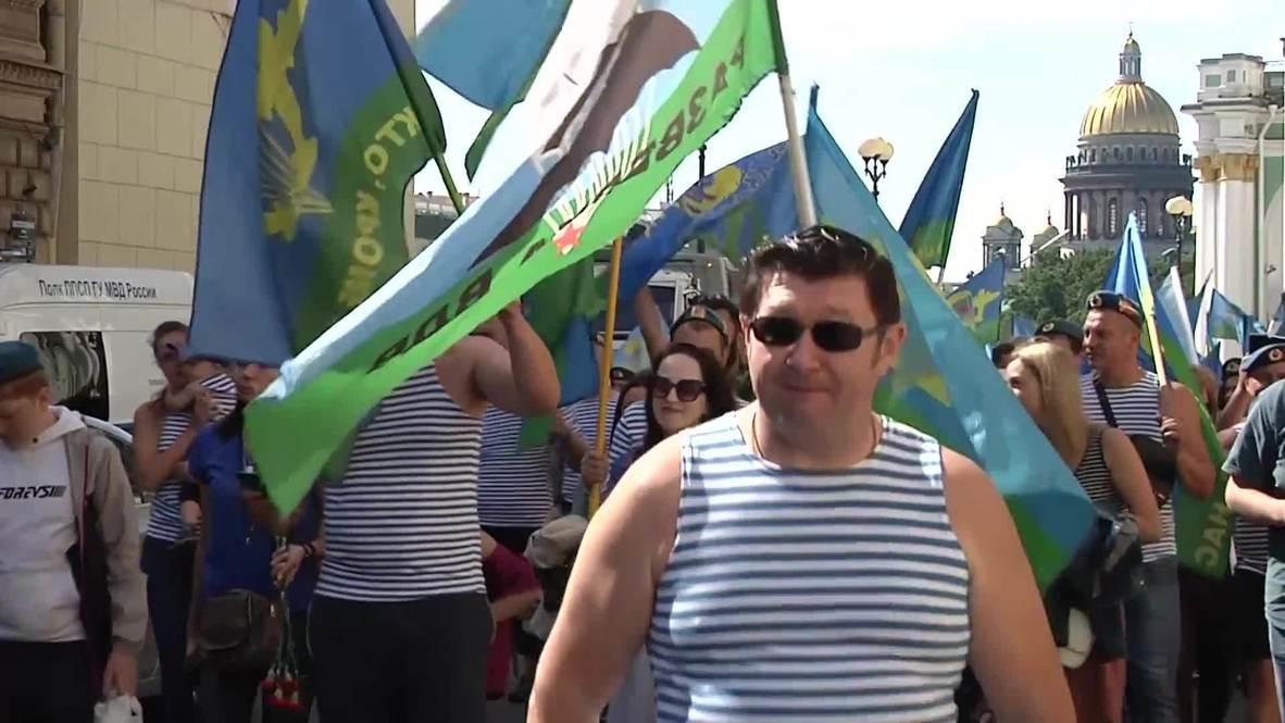 Россия: Сотни петербуржцев прошли по Миллионной улице в честь 90-летия ВДВ