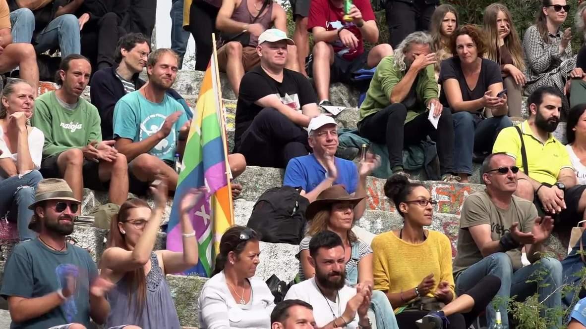 ألمانيا: العشرات يتظاهرون ضد قيود فيروس كورونا في منتزه ماوربارك في برلين