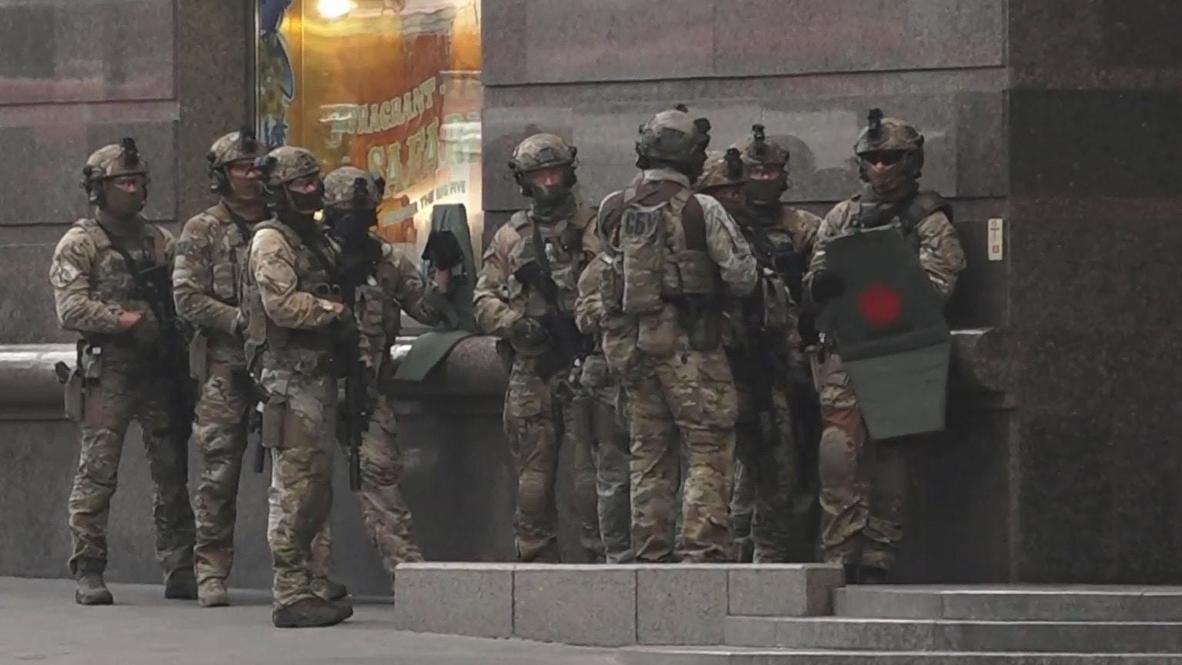 Ucrania: Fuerzas especiales detienen al hombre que tomó a un rehén en un banco de Kiev