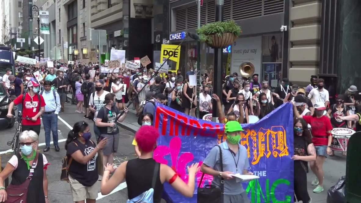 EE.UU.: Manifestantes marchan contra la reapertura de colegios en Nueva York