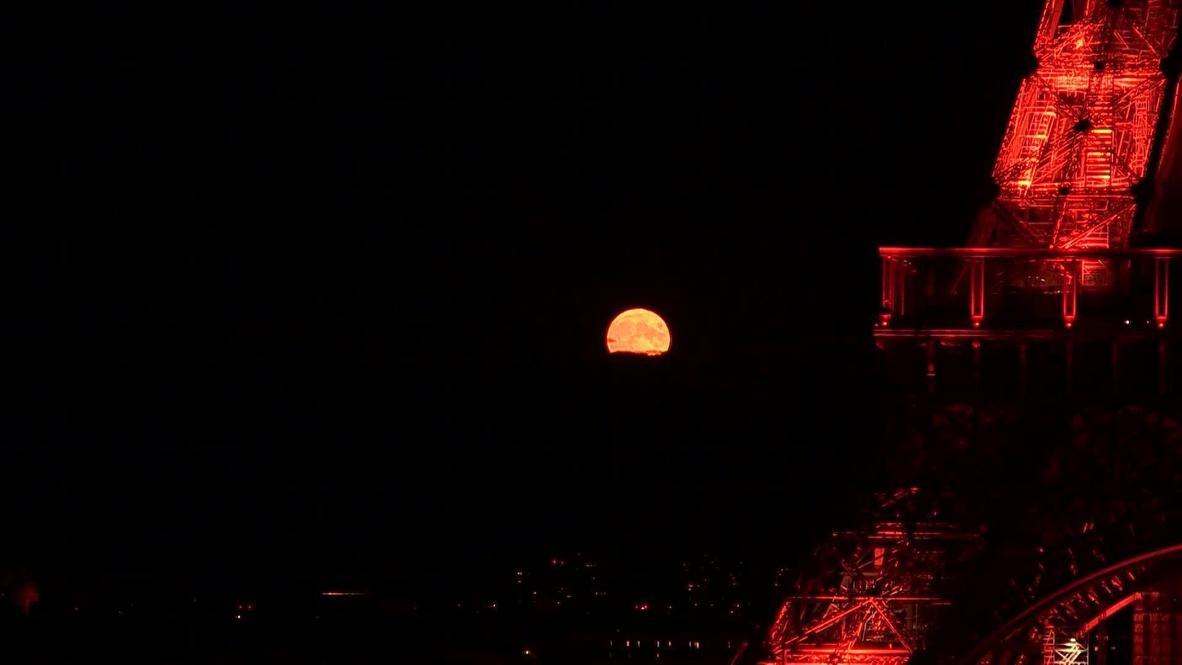 Francia: La 'luna del esturión' ilumina el cielo nocturno de París