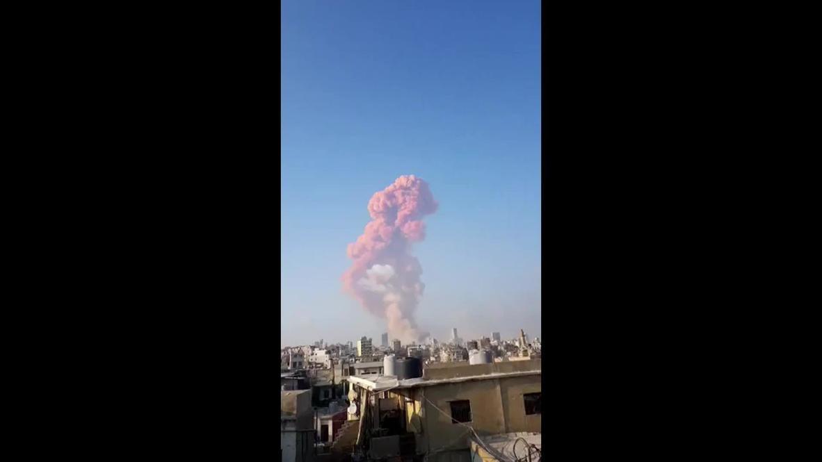 Ливан: Кадры огромного облака дыма после мощного взрыва в порту Бейрута